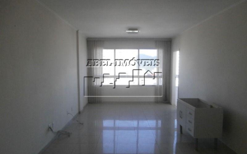 Apartamento de 02 dormitórios com sacada fechada e vista para o mar no Itararé em São Vicente