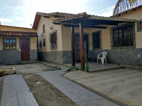 Casa c/ 4Qtos, próx. ao comércio, escolas, praia e condução.