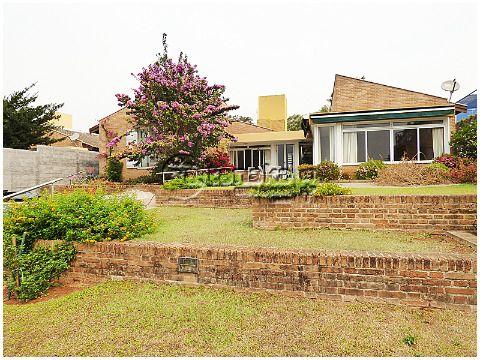 Belíssima residência totalmente térrea, localização excelente, próximo de todo comércio da Al. Lucas Nogueira Garcez.