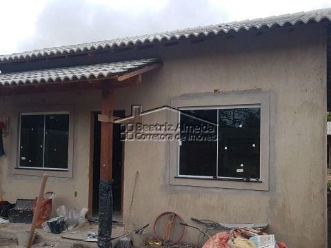 Casa com ótima localização,  2 qts (1 suite), cozinha, sala, churrasqueira, próximo a praia