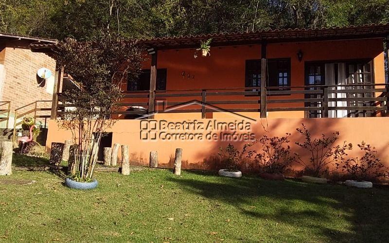 Casa de 1.000 m², 3 qts (2 suites), lavabo, 2 salas, piscina, churrasqueira, fogão a lenha