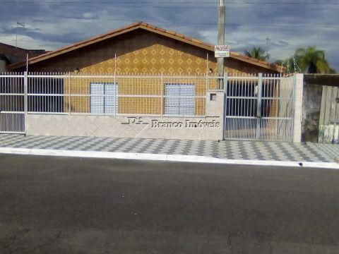 Casa isolada 2 dormitórios próximo a praia, a sua espera!