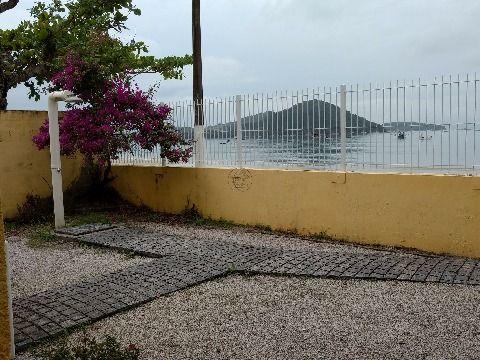 Vendo terreno com casa de frente para o mar na praia Fazenda da Armação no município de Governador Celso Ramos