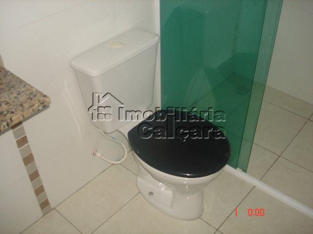 banheiro da suíte com box de vidro