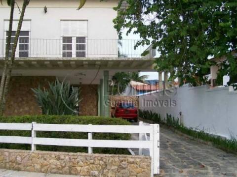 Ampla casa 3 quadras praia Enseada.