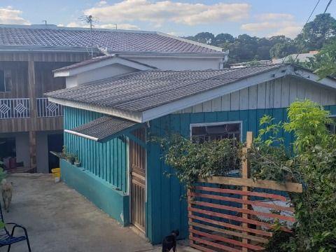 Residência de madeira com sobrado aos fundos no bairro Estados