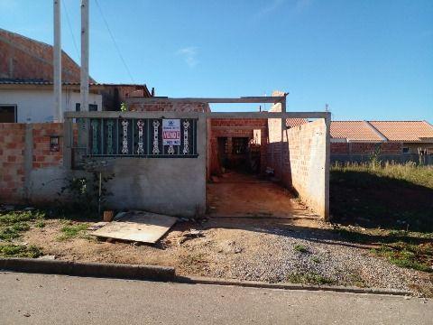 Terreno com casa em construção.