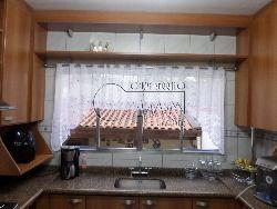 Cozinha e churrasqueira nos fundos