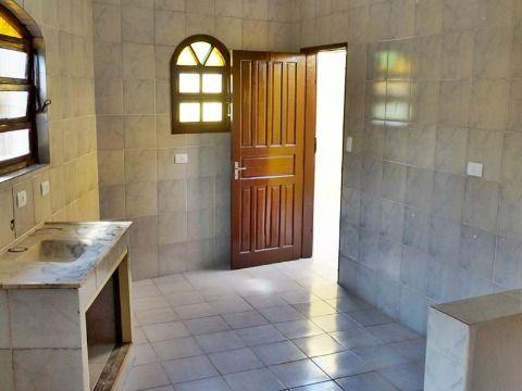 Linda casa sendo 1 dormitório, 1 sala, 1 wc social, 3 vagas de garagem