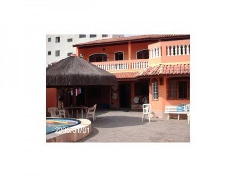 Linda casa com piscina, 3 dorm pertinho do mar em Praia Grande SP. Vale a pena conferir!