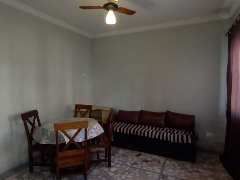 Aluga-se excelente apartamento à 100m da praia no Canto do Forte