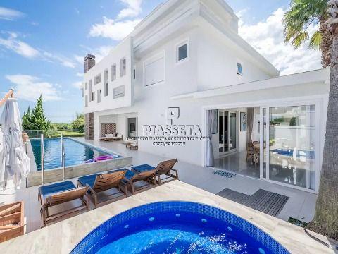 Casa nova luxuosa mobiliada e decorada na rua da praia com vista para o mar em Jurerê Internacional