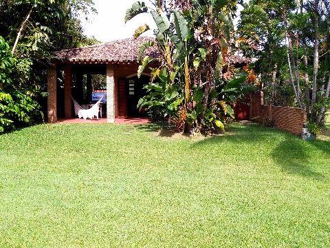 Um belo imóvel no seu estilo na praia de Guaecá com passagem privilegiada para o gramado verde