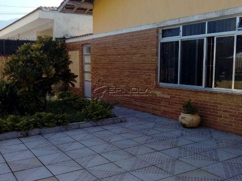 Casa isolada com 352 m² de área total, distribuídos entre 2 dormitórios,