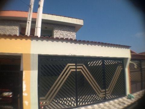 Sobrado em Praia Grande de 3 dormitórios com suíte perto da praia e do comércio, aceita financiamento