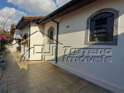 Casa térrea no Jardim das Colinas com 4 dormitórios. Excelente localização