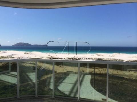 Excelente cobertura com piscina e vista para o mar.